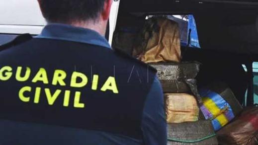بالصور.. إيقاف أحد أفراد الجالية حاول تهريب شاب مغربي داخل سيارته الى إسبانيا