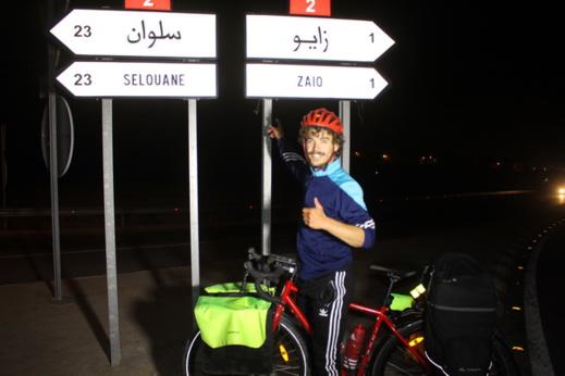 صور: مُغامر فرنسي يجُوب إفريقيا بدراجة هوائية.. يحُطّ الرحال بالناظور للتعرّف على أهلها