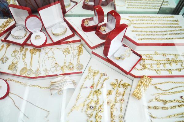 """""""مجوهرات العامري"""".. نشتري عليكم الذهب والفضة بأعلى ثمن"""