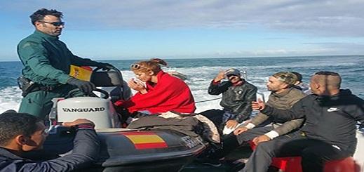 """خفر سواحل """"غرناطة"""" يُنقذ 14 مهاجرا سريا أبحروا على متن قارب من سواحل الحسيمة"""