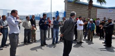 محتجون يطالبون بصرف رواتب مستخدمي كوماناف وكوماريت في وقفة تضامنية ببني انصار