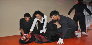 """فرقة """"بيتر بروك"""" تبدع في تقديم عروض مسرحية فوق خشبة دار الشباب بالعروي"""