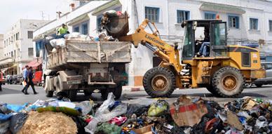 """عمال شركة """" فيوليا"""" يباشرون عملهم وناظورسيتي ترصد العامل الجديد بالقرب من الأزبال المتراكمة بالمدينة"""