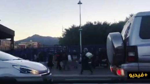 شاهدوا... استنفار بمعبر بني انصار بسبب احتجاز مئات المغاربة من طرف الشرطة الاسبانية