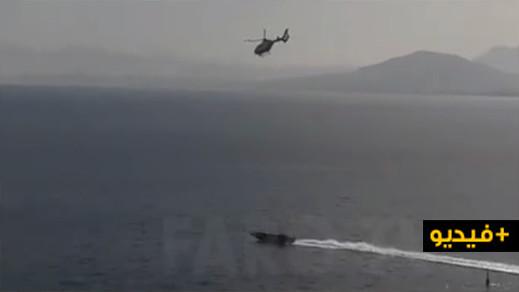 شاهدوا.. مروحية تطارد قارب سريع في عرض البحر