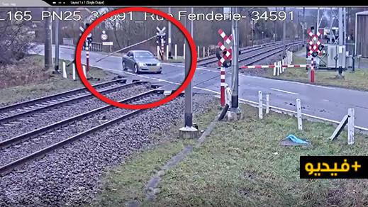 شاهدوا.. سائق يعبر خط السكة بتهور وينجو من حادث دهس مروع في بلجيكا