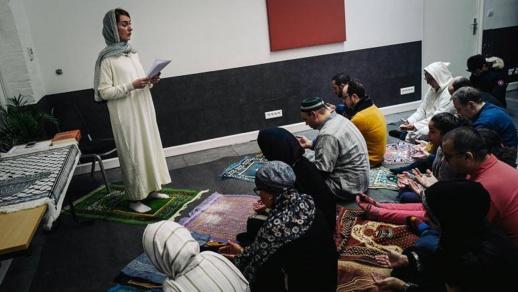 إقامة صلاة مختلطة بإمامة إمرأة في باريس تثير ضجة واسعة في صفوف مسلمي فرنسا