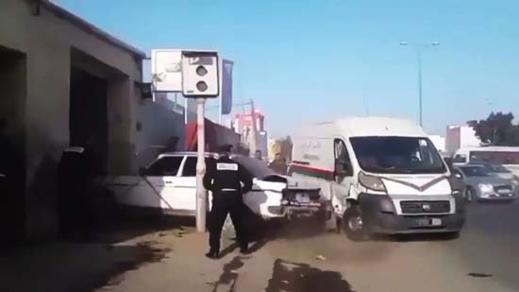 شاهدوا.. سائق سيارة للنقل السري يفر بطريقة مثيرة من قبضة الشرطة