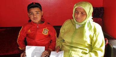 مواطنة من نواحي اوطاط الحاج تطلب المساعدة للتكفل بابنها الذي يعاني من مرض القصورالكلوي