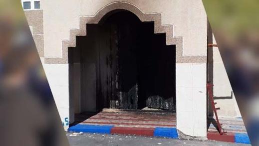 حريق مجهول يتسبب في احتراق بوابة مسجد الرحمة بالناظور