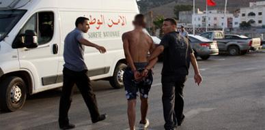 رجال الشرطة القضائية يلقون القبض على مجرم روع ساكنة العروي