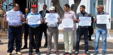 فعاليات إعلامية تحتج أمام عمالة الناظور على محاولة إقصائها من اللقاء التواصلي مع وزير الشباب والرياضة