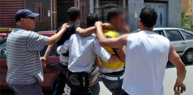 """شباب حي """"لعراصي"""" بالناظور يلقون القبض على ثلاث لصوص قاموا بالسطو على امرأة"""