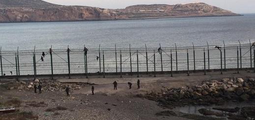 خمسة مغاربة يدخلون من الثغر المحتل سباحة والسلطات تخضعهم للفحص