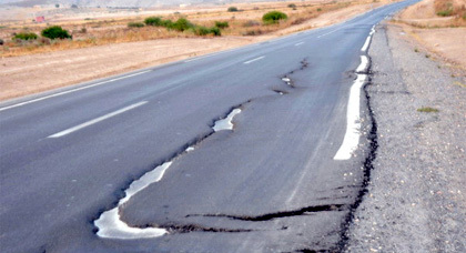 مستعملي الطريق الرابطة بين زايو والناظور مستاؤون من الاصلاحات الهشة التي طالتها
