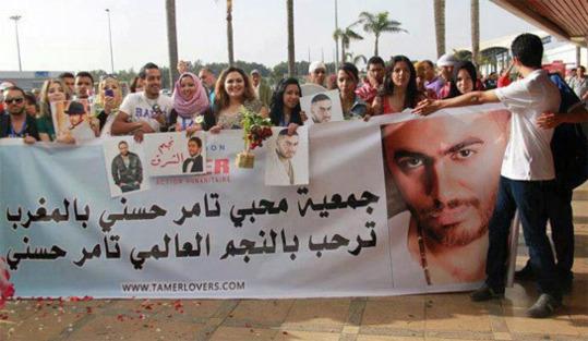 تامر حسني بالمغرب والجماهير تحتشد لاستقباله فى المطار بالورود واللافتات