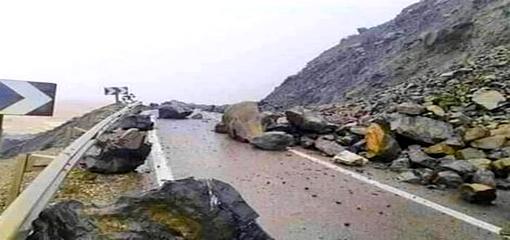 إنهيار صخري يقطع الطريق الساحلية بين الحسيمة وتطوان
