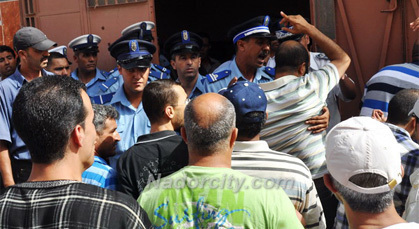 مشادات بين عناصر أمنية ومحتجين أمام مكتب الماء بزايو