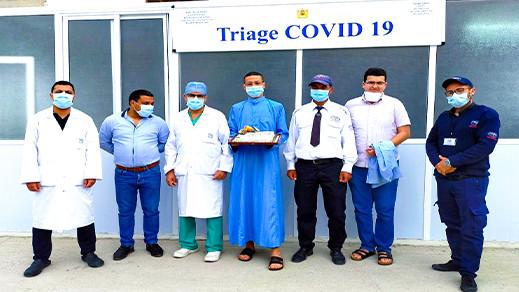 """الناشط المدني رشيد زناي يُكرّم مُعالِجي مرضى """"كورونا"""" بمستشفى الناظور"""