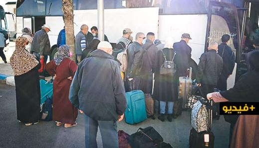 شاهدوا.. حافلات تنقل 120 مهاجر مغربي من الناظور إلى الدار البيضاء لإعادتهم إلى هولندا