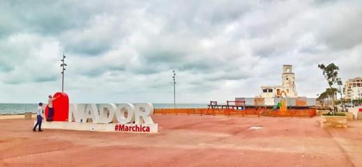 """وكالة مارتشيكا تعيد صباغة """"لوغو الناظور"""" بعد تخريبه من طرف مجهولين"""