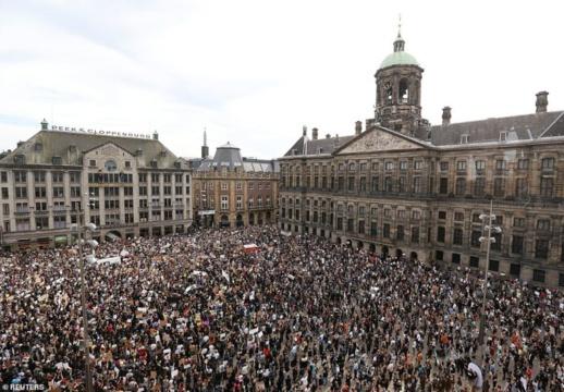 """هولندا.. آلاف المتظاهرين يخرقون تدابير كورونا احتجاجا على مقتل""""فلويد"""""""