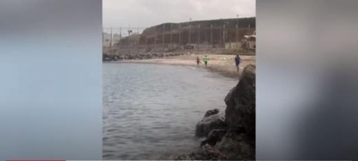 بالفيديو.. عبور ثلاثة مغاربة من سبتة إلى المغرب سباحةً أمام الحرس الإسباني