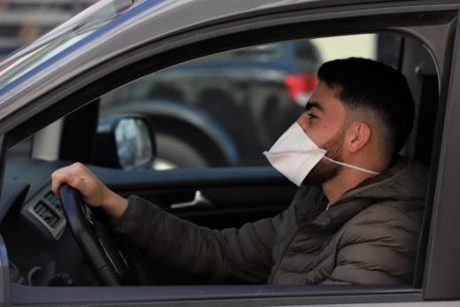 مغاربة يطلقون حملة لإلغاء اجبارية ارتداء الكمامة داخل السيارات