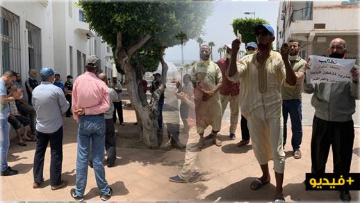 """""""فراشة"""" يصرخون """"باغي نفرش باش نعيش"""" في وقفة إحتجاجية أمام عمالة الناظور"""