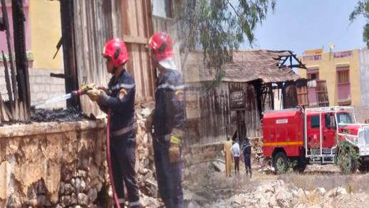 """بالصور.. نيران تندلع داخل مخزن للخشب بحي """"الريكولاريس"""" والوقاية المدنية تتدخل"""