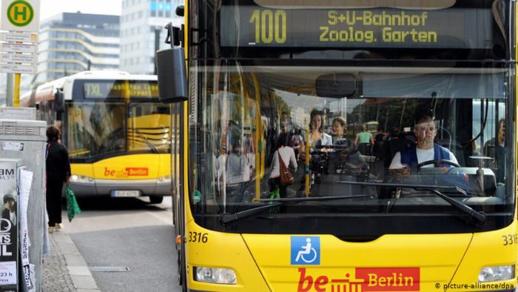 هيأة نقل ألمانية تبتكر طريقة مُضحكة لجعل ركابها يضعون كماماتهم بالطريقة الصحيحة