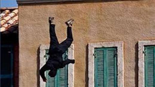 العروي.. شخص ينتحر بإلقاء نفسه من الطابق الثاني وتأخر الإسعاف يسائل الجهات المسؤولة