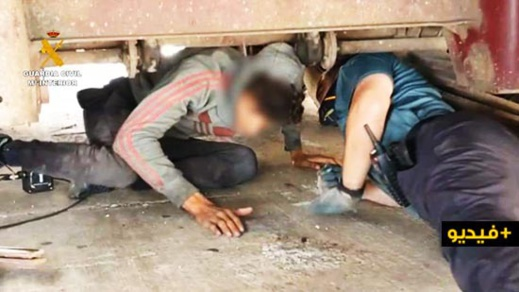 شاهدوا.. انتشال 8 مهاجرين سريين من تحت أطنان الخردة