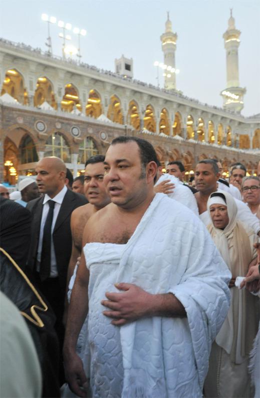 الملك يؤدي مناسك العمرة ويصلي المغرب بالحرم الشريف
