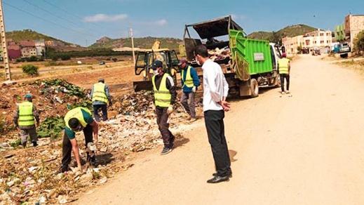 رئيس جماعة بوعرك يشرف على تنظيم حملة نظافة للقضاء على المطارح العشوائية داخل الأحياء السكنية