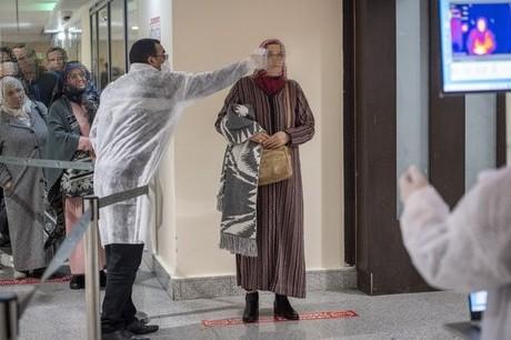 """الصحة تُحدّد 500 درهم ثمنا لإجراء تحليل الـ""""PCR"""" لمن يريدون السفر خارج المغرب"""