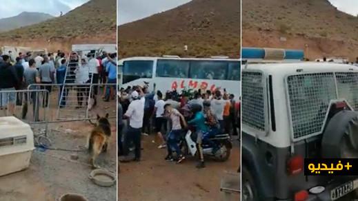 """مسافرون """"غاضبون""""  يتحدّون قرار الحكومة ويزيحون حواجز للدّرك الملكي لتمرّ الحافلات والسيارات"""