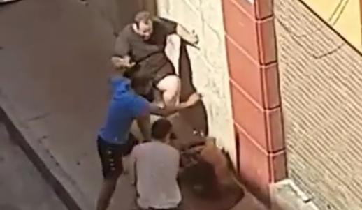 """شاهدوا.. مغاربة يشبعون """"حراك"""" ضربا بعد قيامه بتكسير واجهة محل تجاري"""