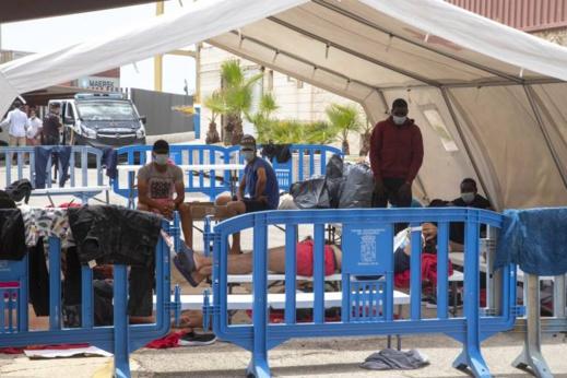 عشرات المهاجرين السريين المصابين بكورونا يفرون من مركز صحي بمورسيا