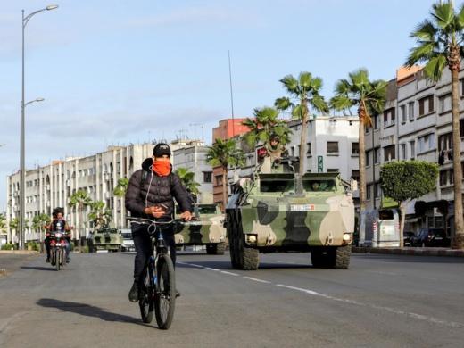 """قوات الجيش تنتشر في شوارع طنجة لـ""""محاصرة"""" كورونا"""