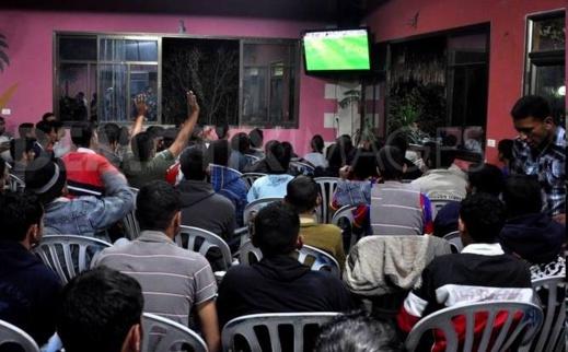 السّلطات تمنع عرض مباريات كرة القدم في المقاهي وتُغلق التي خالفت القرار