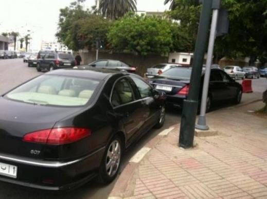 """صورة: قيادي """"البام"""" حكيم بنشماس يلتقط صورة لسيارة بنكيران متوقفة في الممنوع"""