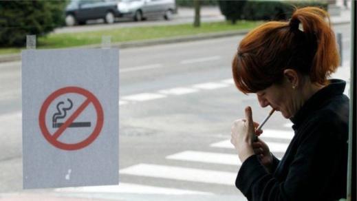 سلطات كاتالونيا تدرس إمكانية منع التدخين في الشّوارع بسبب خلع المدخّنين كماماتهم