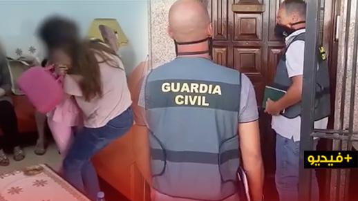 شاهدوا.. الحرس المدني الإسباني يسلم الطفلة التي عثر عليها في مليلية الى والدتها