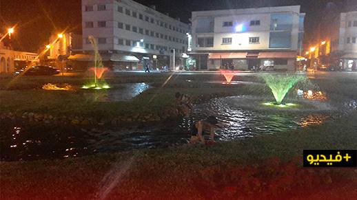 """ارتفاع درجات الحرارة يدفع بعض الأطفال بالناظور إلى المجازفة بسلامتهم الصحية والسباحة في """"نافورة"""""""
