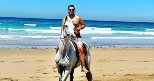 هذه حقيقة توقيف الشرطة للمنشط رشيد العلالي بسبب صور في الشاطئ بدون كمامة