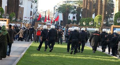 """معطلون يرفعون شعار """"إسْقاطْ الحُكومَة"""" بعدما أن تم """"قمْع"""" مسيراتهم بشوارع الرباط"""