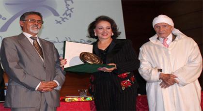 أحرضان وبوكوس يقدمان جائزة الثقافة الأمازيغية لإبنة بني انصار ليلى مزيان بنجلون