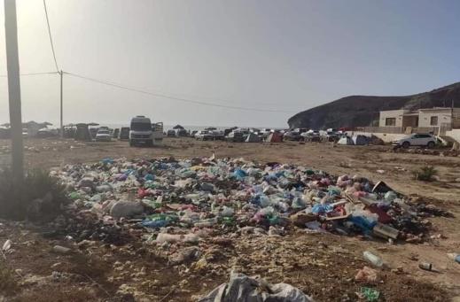 """شاطئ تشارانا بالناظور """"غارق"""" في النفايات ومجلس الجماعة """"غائب"""""""