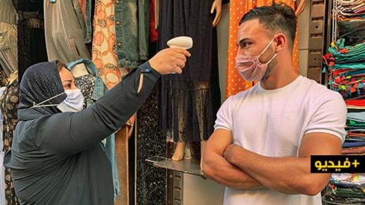 """جمعية """"نحن معا"""" تنظم حملة تحسيسية وتوزع مئات الكمامات الطبية بسوق أولاد ميمون بالناظور"""